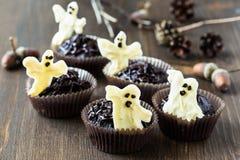 Halloween tratta, muffin del cioccolato con cioccolata bianca zuccherata Immagini Stock