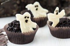 Halloween tratta, muffin del cioccolato con cioccolata bianca zuccherata Fotografia Stock