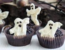 Halloween tratta, muffin del cioccolato con cioccolata bianca zuccherata Fotografie Stock Libere da Diritti