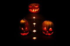 Halloween tre zucche, una sull'altare e due come servi a Fotografia Stock Libera da Diritti