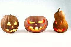 Halloween tres calabazas Jack-o& x27; - linterna en un fondo blanco l Fotos de archivo