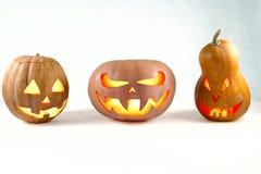 Halloween tres calabazas Jack-o& x27; - linterna en un fondo blanco l Imagen de archivo