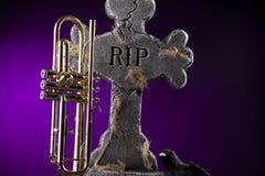 Halloween-Trompete-Krähe-Grabstein Stockfoto