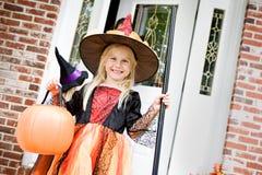 Halloween: Uśmiechnięta czarownica Po Dostawać Trikowego Lub fundy cukierek fotografia royalty free