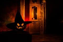 Halloween Uitstekend binnenland in westelijke stijl Verschrikkingspompoen met antieke klok op achtergrond royalty-vrije stock fotografie