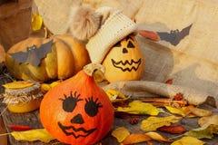 Halloween uma abóbora alegre de Dia das Bruxas entre as folhas Imagem de Stock