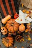 Halloween uma abóbora alegre de Dia das Bruxas entre as folhas Foto de Stock Royalty Free