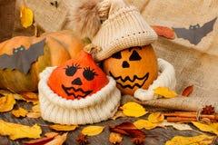 Halloween uma abóbora alegre de Dia das Bruxas entre as folhas Fotos de Stock