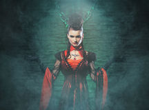 Halloween : un vampire de jeune dame dans le cachot Photo stock