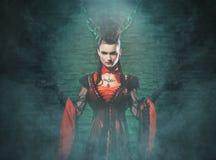 Halloween: un vampiro de la señora joven en la mazmorra Foto de archivo