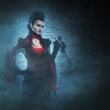 Halloween: un vampiro de la señora joven en la mazmorra Imagenes de archivo