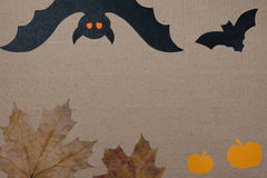 Halloween-vakantieachtergrond, leeg document voor tekst, pompoen, esdoornbladeren, en knuppel Mening van hierboven met exemplaarr Royalty-vrije Stock Foto's