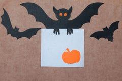 Halloween-vakantieachtergrond, leeg document voor tekst, pompoenen en knuppels Mening van hierboven met exemplaarruimte Stock Afbeelding