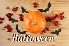 Halloween-vakantieachtergrond met tekst, pompoen, bessen en knuppels Mening van hierboven Stock Afbeeldingen