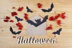 Halloween-vakantieachtergrond, tekst, bessen en knuppels Mening van hierboven Royalty-vrije Stock Afbeeldingen