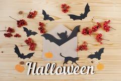 Halloween-vakantieachtergrond, tekst, envelop, bessen en knuppels Mening van hierboven Stock Afbeelding