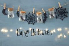 Halloween-vakantieconcept Massonkruiken met spinnen, baden en houten decoratie royalty-vrije stock foto's