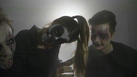 Halloween-vampierjoker en verschrikkingspop die de kijker en lachen gek in langzame motiepartij doen schrikken - stock videobeelden