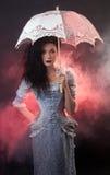 Halloween-Vampirfrau mit Spitzesonnenschirm lizenzfreies stockbild