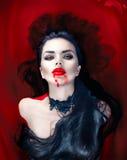 Halloween Vampirsfrau, die voll in einem Bad des Bluts liegt lizenzfreie stockfotografie