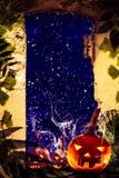 Halloween-van de de ruïnesmening van projectpompoenen oude het vensternacht sterrige sk stock foto