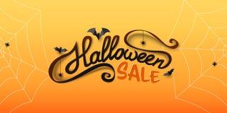 Halloween-Verkoopbanner met kalligrafietekst, document knuppels, spinnen, spiderwebs Hand het getrokken van letters voorzien stock illustratie