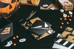 Halloween-voorbereiding Halloween-decoratie van ambachtdocument dat wordt gemaakt Royalty-vrije Stock Fotografie