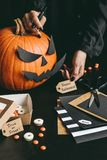 Halloween-voorbereiding Handen die Halloween-kaarten maken die ambachtdocument gebruiken Royalty-vrije Stock Fotografie