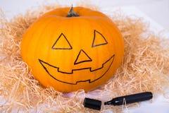 Halloween-Vorbereitungskonzept - lustiger Kürbis mit Gesicht und Kennzeichen Lizenzfreie Stockfotografie