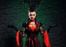 Halloween: w dungeon młoda dama wampir Obrazy Royalty Free