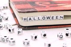 Halloween-Wort geschrieben auf weißen Block Stockbilder