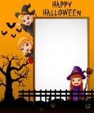 Halloween-Zeichen mit kleinem Mädchen Dracula und der wellenartig bewegenden Hand der Hexe des kleinen Jungen und Hexe des kleine lizenzfreie abbildung