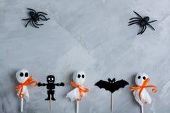 Halloween-Zusammensetzung auf grauem konkretem Hintergrund Stockbilder