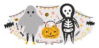 Halloween-Zusammensetzung mit lustigem gespenstischen Geist und dem Skelett, die voll Jack--O'- Laterne von Süßigkeiten hält Szen lizenzfreie abbildung