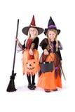 Halloween: Zwei nette Hexen bereit zur Süßigkeit Lizenzfreies Stockfoto
