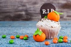 Halloweenowa babeczka z barwionymi dekoracjami Fotografia Stock