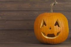 Halloweenowa bani głowa na drewnianym tle halloween narządzanie Głowa rzeźbiąca od bani na Halloween Obrazy Stock