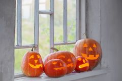 Halloweenowa bania na okno obrazy stock