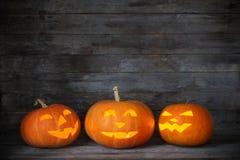 Halloweenowa bania na starym drewnianym tle zdjęcia royalty free