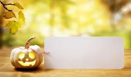 Halloweenowa bania na stole zdjęcia royalty free