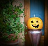 Halloweenowa bania na zewnątrz domowego wejścia Obrazy Royalty Free