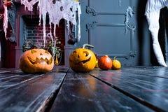 Halloweenowa bania przewodzi dźwigarka lampion na ciemnym drewnianym tle, obrazy stock