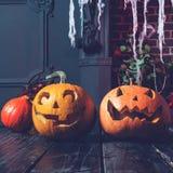 Halloweenowa bania przewodzi dźwigarka lampion na ciemnym drewnianym tle, zdjęcia royalty free