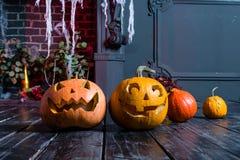 Halloweenowa bania przewodzi dźwigarka lampion na ciemnym drewnianym tle, zdjęcie royalty free