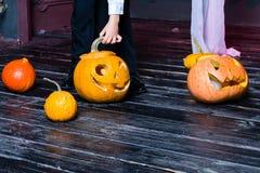 Halloweenowa bania przewodzi dźwigarka lampion na ciemnym drewnianym tle, zdjęcia stock