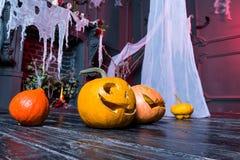 Halloweenowa bania przewodzi dźwigarka lampion na ciemnym drewnianym tle, zdjęcie stock