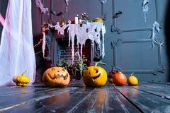 Halloweenowa bania przewodzi dźwigarka lampion na ciemnym drewnianym tle, obrazy royalty free