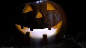 Halloweenowa bania szalenie twarz także w swój zębach i usta dym Czarny tło z bliska zbiory