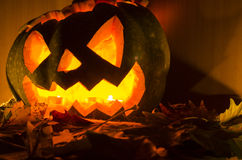Halloweenowa bania z świeczkami i liśćmi fotografia royalty free