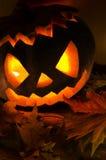 Halloweenowa bania z świeczkami i liśćmi fotografia stock